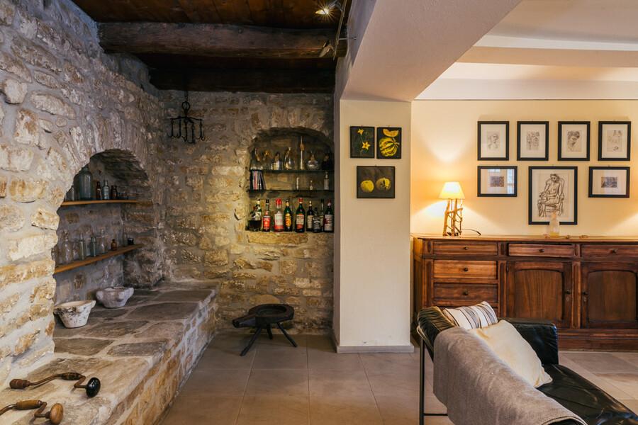 Wohnzimmer mit offenem Kamin im Ferienhaus Cascina delle Langhe