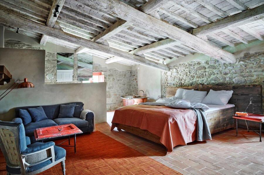 Modern und geschmackvoll eingerichtetes Schlafzimmer im Ferienhaus in Umbrien
