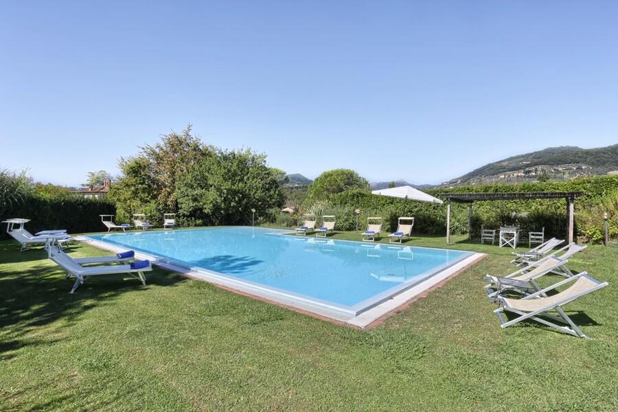Inmitten der großen Parkanlage erwartet Sie der Pool unseres Ferienhauses in San Concordio Di Moriano