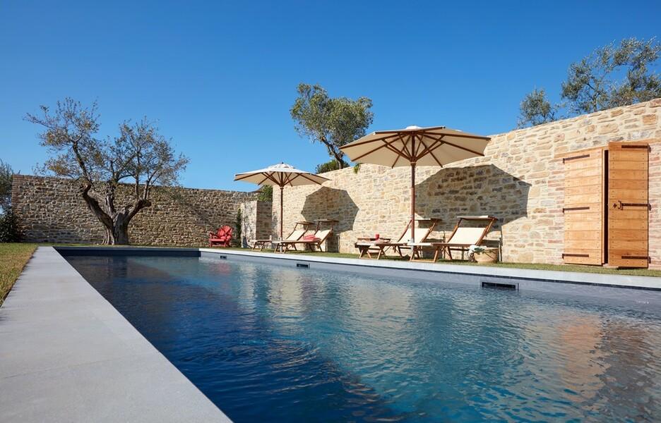 Pool mit Sonnenliegen im Ferienhaus Arco in Umbrien