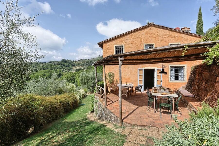 Terrasse mit Pergola und Tisch zum Essen im Ferienhaus in Toskana Damiano