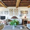 Elegantes Wohnzimmer mit Holzbalken im Ferienhaus bei Lucca Damiano