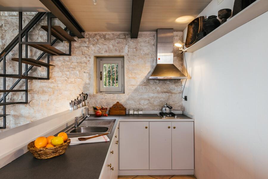 Küche in der Ferienwohnung der Cascina delle Langhe