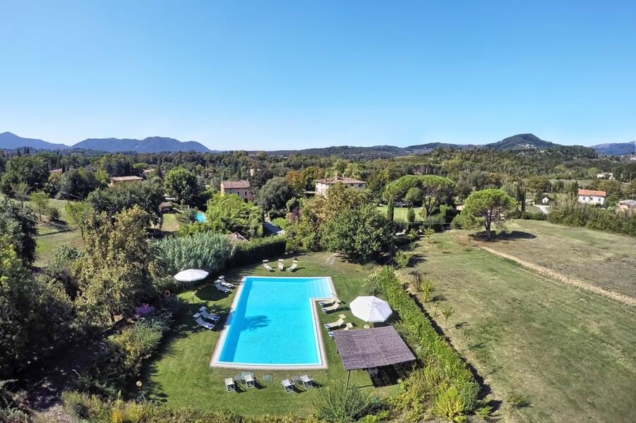 Die Poolanalage der Villa Clara bietet viel Platz im Grünen
