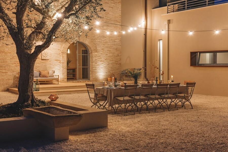Abendstimmung am Esstisch im Garten des Ferienhauses in Le Marche Tre Gelsi