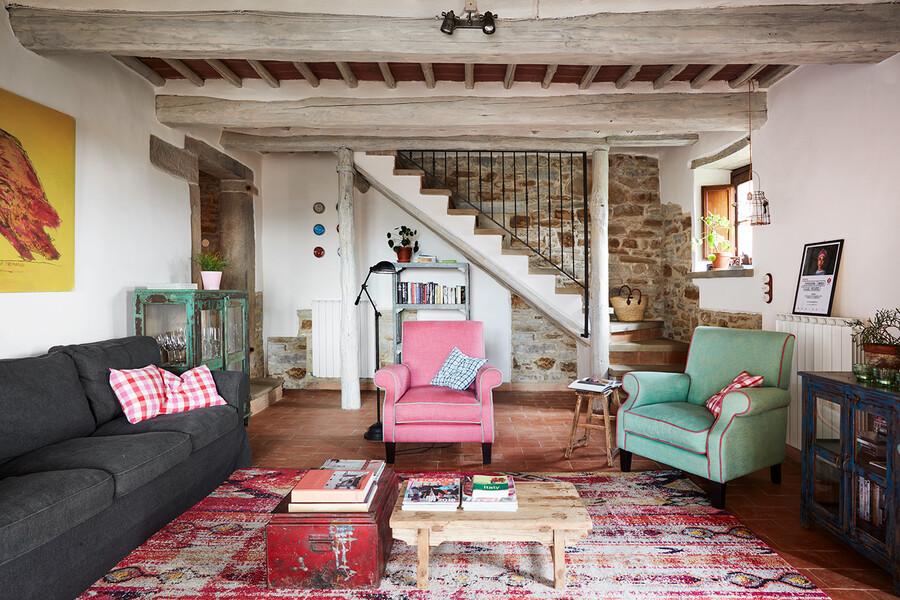 Wohnzimmer mit modernen Sesseln und Sofas im Ferienhaus in Italien