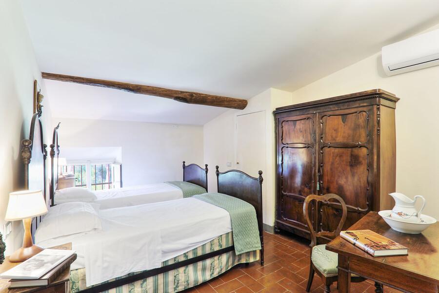 Die großen Zimmer bieten ausreichend Platz und sind mit schönen, alten Möbeln eingerichtet