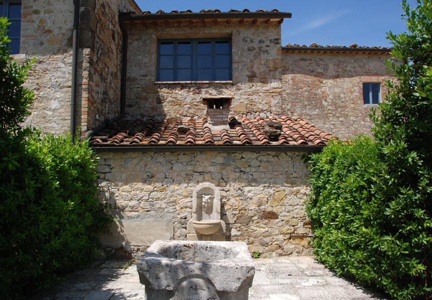 Die Villa Le Porcilia begeistert auch im Außenbereich durch zahlreiche kleine Details, wie etwa dieser kleine Brunnen