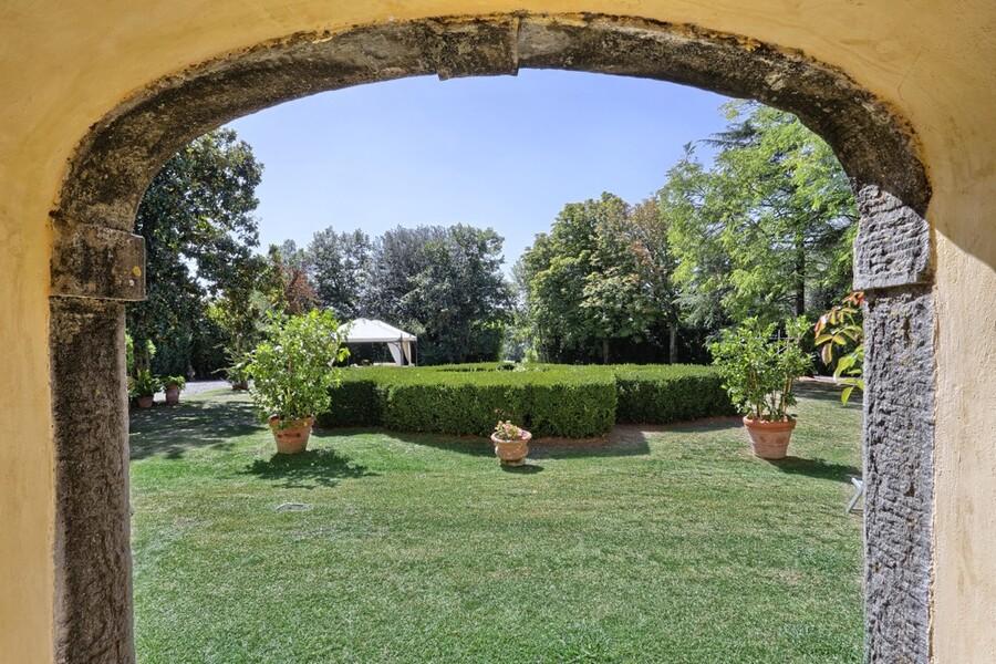 Das gepflegte Grundstück und der Park bieten viel Raum für Ruhe und Erholung
