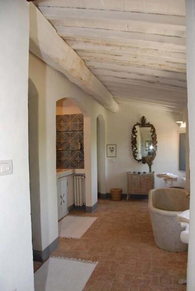 Genießen Sie ein Bad in der exklusiven und freistehenden Steinwanne