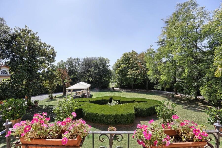 Dieser herrliche Park gehört zur Anlange der Villa Carla