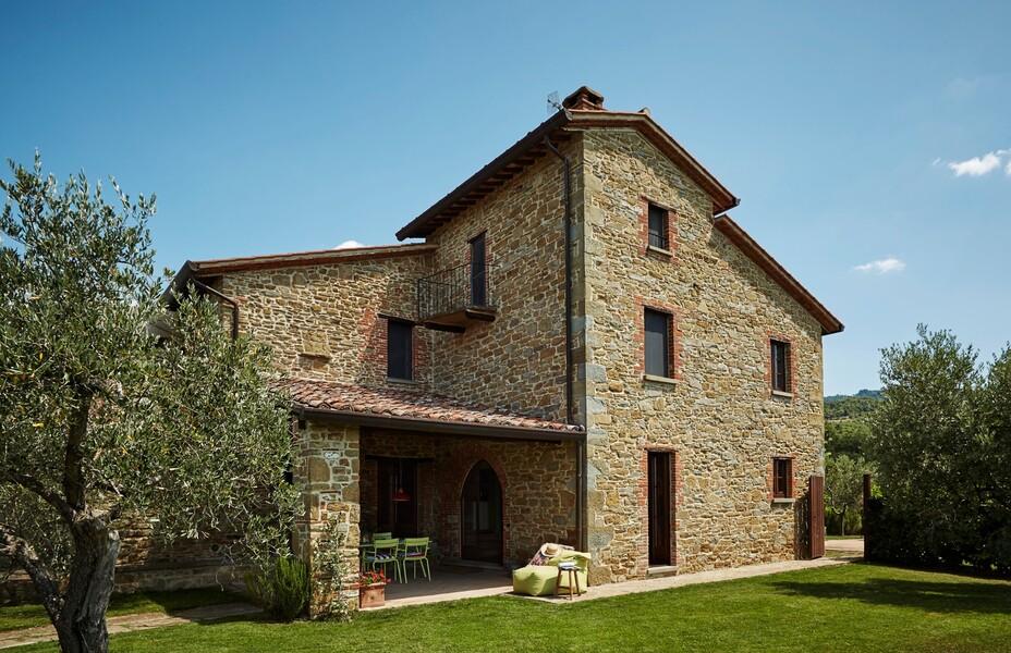 Steinhaus mit überdachter Terrasse und Olivenbäumen in Italien