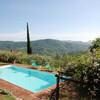 Pool vom Ferienhaus Damiano mit Blick in der Toskana und Zypressen