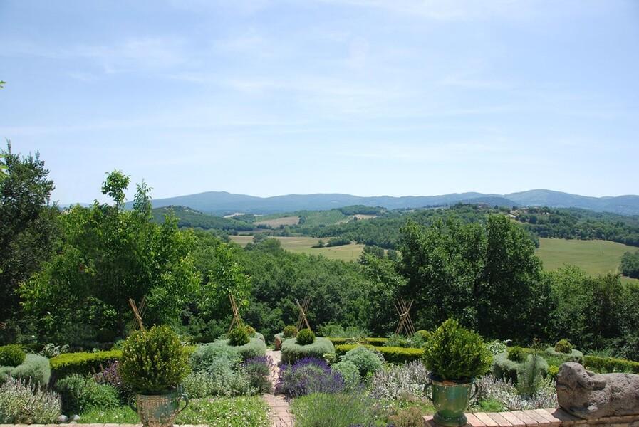 Genießen Sie den einmaligen Fernblick in die Hügel der Toskana
