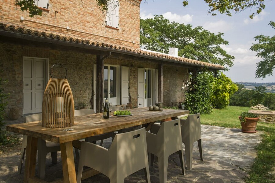 Outdoor table in the holiday home Casa delle Marche