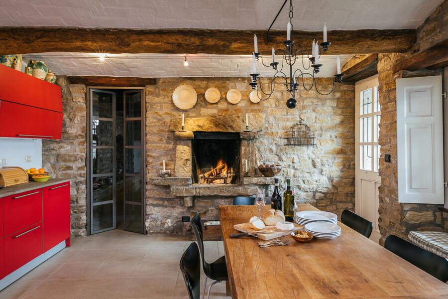 Grosser Holztisch in der Küche Cascina delle Langhe im Piemont