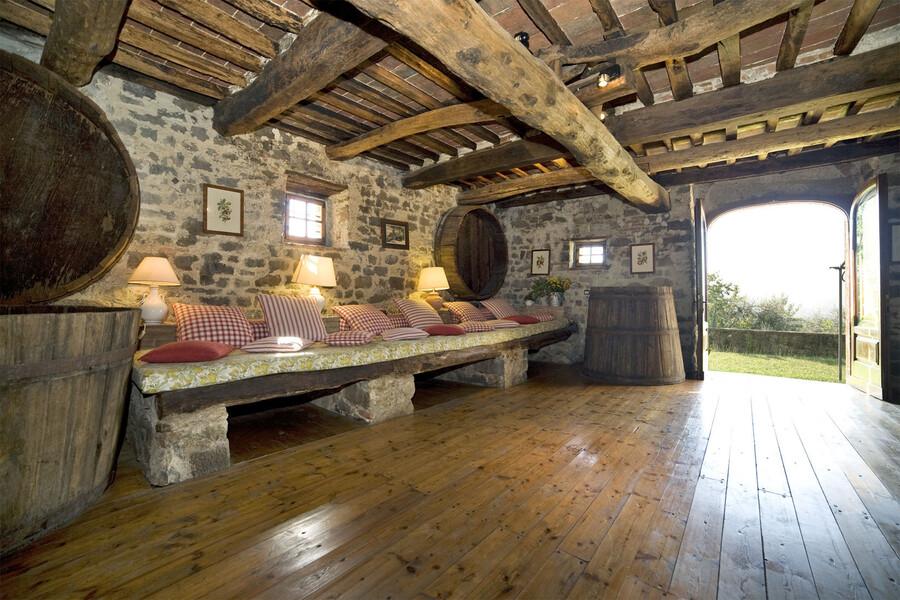 Das große Wohnzimmer des Ferienhaus Giannello ist im ehemaligen Keller integriert und besticht durch rustikalen Charme