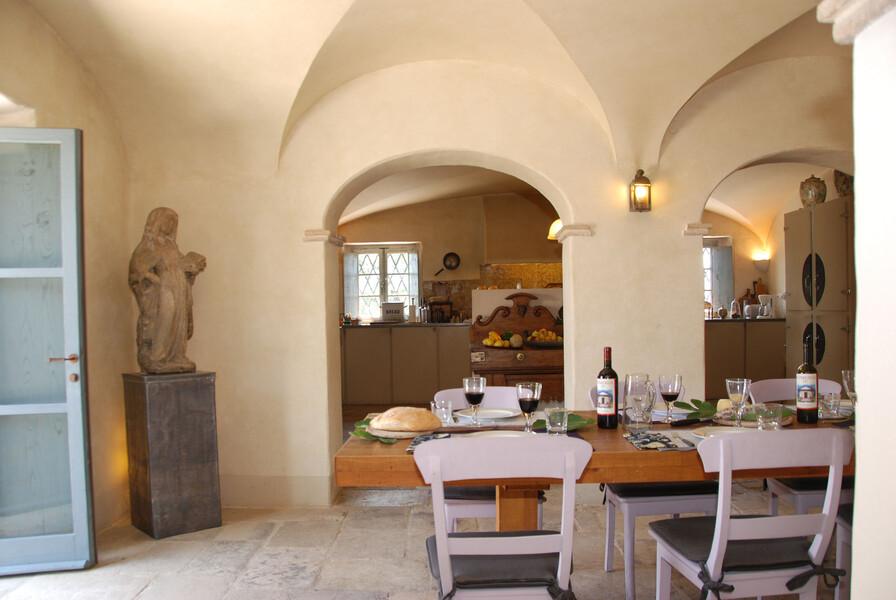 Der große Holztisch im Le Porciglia lädt zu einem geselligen Zusammensein ein