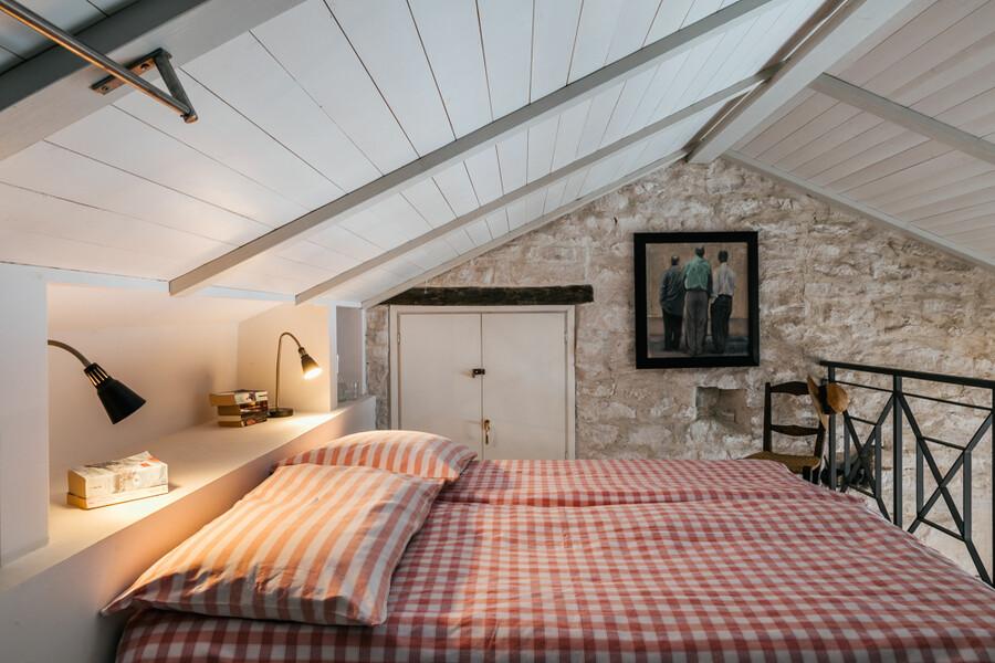 Doppelbett in der Mansarde des Ferienhauses Cascina delle Langhe