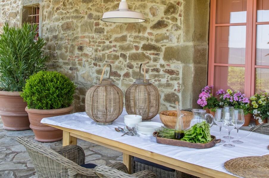 Überdachte Terrasse mit Esstisch im exklusiven Steinhaus in Umbrien