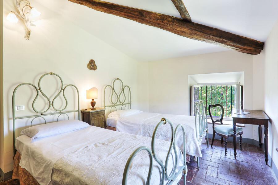 Die oberen Stockwerke der Villa Clara werden teilweise durch alte Holzdeckenbalken verziert