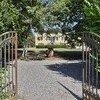 Vom Tor aus eröffnet sich der Blick auf die wunderschöne Anlage der Villa Clara