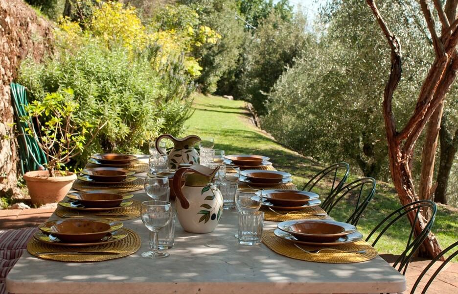 Pergola mit gedecktem Tisch im Ferienhaus Damiano in Lucca