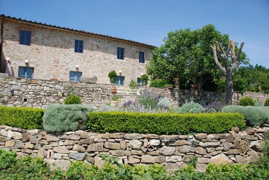 Terrassenförmiger Garten der exklusiven Ferienvilla Le Porciglia bei Siena