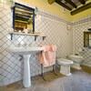 Auch die Badezimmer im Giannello zeichnen sich durch Terracotta-Böden und Holzbalkendecken aus