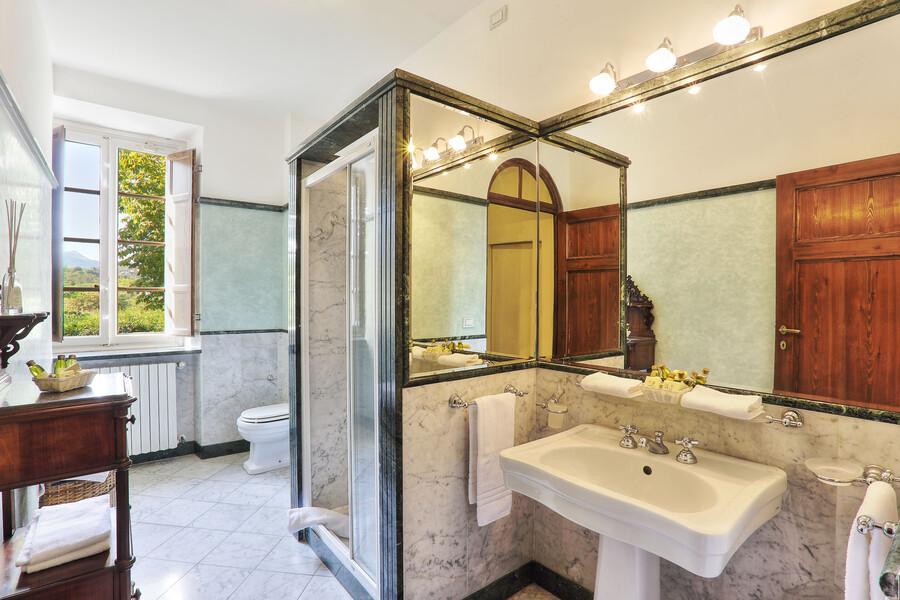 Auch die Bäder unserer Villa in San Concordio Di Moriano begeistern durch ein klassiches und edles Design
