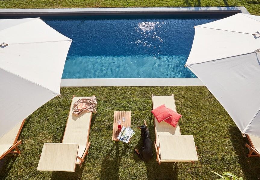 Pool mit Sonnenschirmen im Ferienhaus Arco in Italien